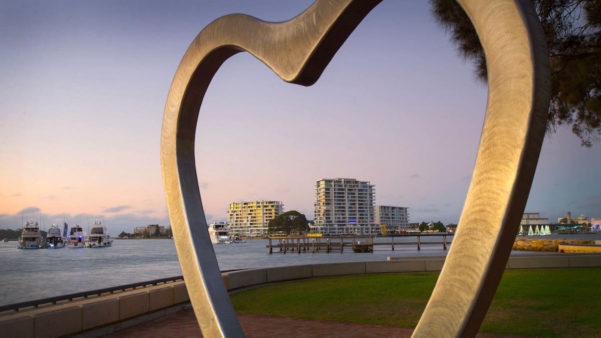 an aluminium heart statue frames the picturesque Mandjar Bay